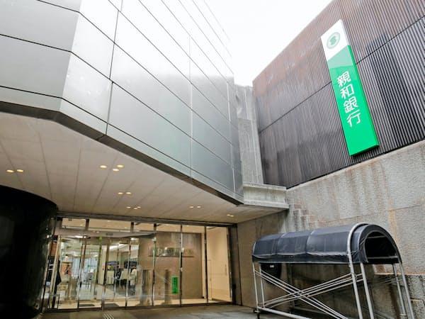 親和銀行は営業攻勢をかけた(長崎県佐世保市の本店)