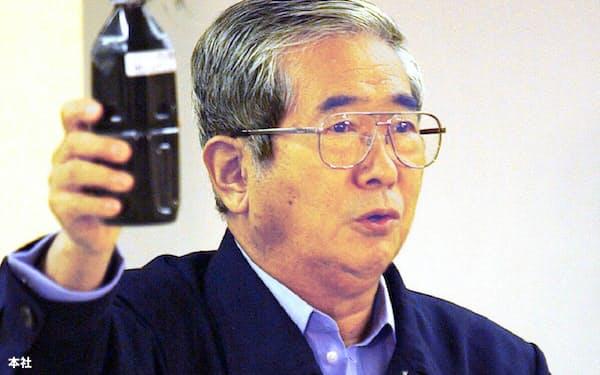 黒いすすを振る石原都知事(2002年、東京都庁)