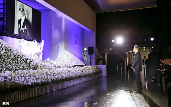 内田裕也さんのお別れの会「ロックンロール葬」で弔辞を述べる堺正章さん(3日午後、東京都港区の青山葬儀所)=代表撮影・共同