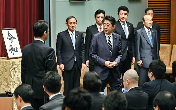 談話の発表を終えて会場を後にする安倍首相。(後列右から)杉田、野上、西村官房副長官と菅官房長官(1日、首相官邸)