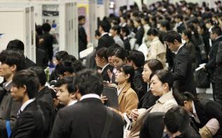 合同企業説明会に参加する大学生ら。就職先への見方がかつてと大きく変わっている(3月1日、大阪市)