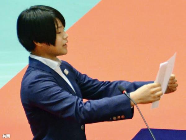 日体大の入学式で新入生を代表して宣誓する柔道女子の阿部詩(3日午前、東京都世田谷区)=共同