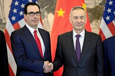 米中は先週、北京で協議した(3月29日、中国の劉鶴副首相(右)とムニューシン米財務長官)=ロイター