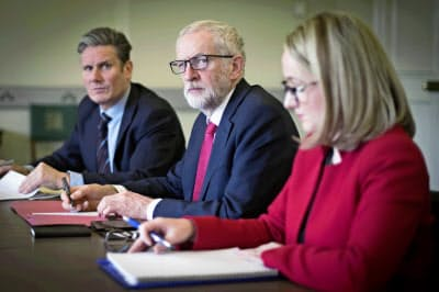 労働党のコービン党首(中央)はメイ首相との対話を続ける意向を示した=AP