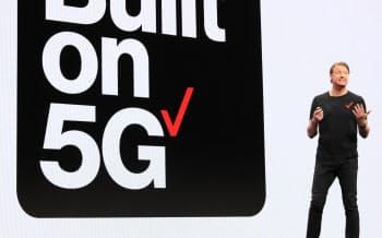 米ベライゾンは世界で初めてスマホ向け5Gサービスを開始したが……(1月、ハンス・ベストベリCEO)
