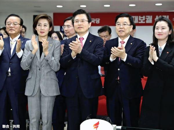 3日、韓国の国会議員補欠選挙の結果を受け拍手する保守系野党「自由韓国党」の黄教安代表(中央)ら=聯合・共同