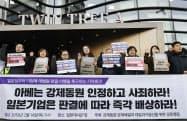 日本企業に賠償を要求するために開かれた集会(2月、ソウルの日本大使館前)=共同