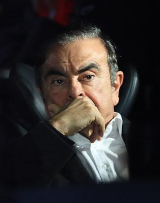 法律事務所が入るビルを出る日産自動車元会長のカルロス・ゴーン被告(3月6日、東京都千代田区)