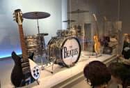 ビートルズが使っていたギターやドラム(1日、米ニューヨーク)=共同