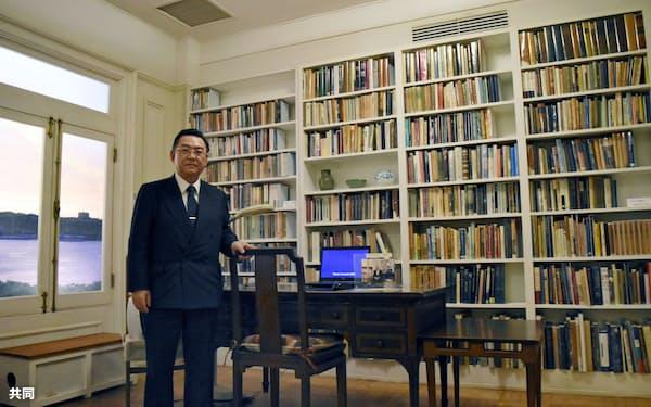 「ドナルド・キーン・センター柏崎」の館長を務めるブルボンの吉田康社長。展示室はキーンさんの書斎が忠実に再現されている(1日、新潟県柏崎市)=共同
