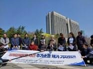 追加訴訟を表明する元徴用工の支援団体(4日、ソウル)
