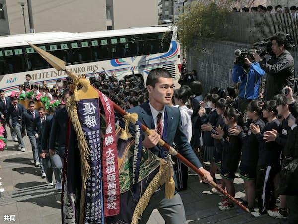 優勝旗を手にした石川主将を先頭に学校へ入る東邦の選手たち(4日午後、名古屋市)=共同
