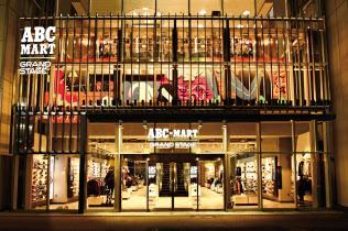 エービーシー・マートは大型の「グランドステージ」など新業態の出店を増やしている。(都内の店舗)