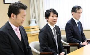 小林覚理事長(中)は日本棋院の業績を立て直す役割を担う(2日、東京・千代田)