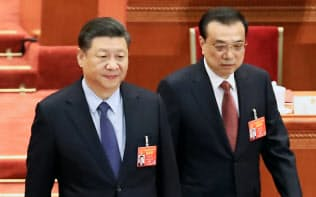 中国は全人代で景気刺激策を打ち出した(閉幕式に臨む習近平国家主席(左))=横沢太郎撮影