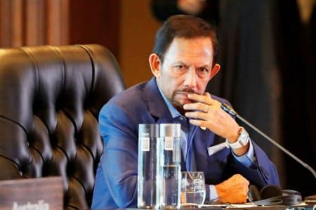 ブルネイのボルキア国王は首相や国防相などの要職を兼務する(2018年11月)=ロイター