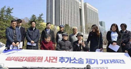 4日、ソウルで元徴用工らの追加提訴について記者会見する弁護団ら=共同