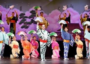 新トップ桐生麻耶(中央)のお披露目公演、第1部の和物レビュー「春爛漫桐生祝祭」(3月、東京の新橋演舞場)