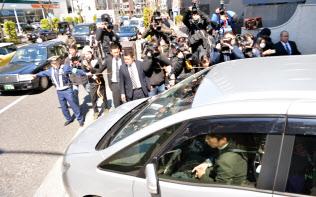 日産自動車のカルロス・ゴーン元会長の居住先を後にする、押収物をのせたとみられる車両(4日午前、都内)