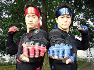 双子アクションパフォーマーの黒田朋樹さん(左)と昌樹さん