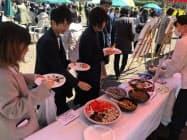 閉校した小学校の校庭では、参加者に地元の郷土料理が振る舞われた(市原市)