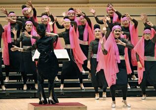 3日、米ニューヨークのカーネギーホールで開かれた「合唱フェスティバル」に参加した女声合唱団「TOMO」=共同