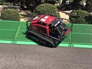 傾斜地でも安定して草刈り作業ができる(愛媛県庁内での製品発表会)