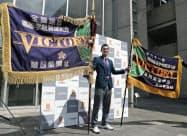 学校に凱旋し、平成最初(右)と最後の優勝旗を手にポーズをとる東邦の石川昂弥主将(4日、名古屋市)