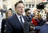 米ニューヨーク市マンハッタンの連邦地裁に入るテスラのマスクCEO=ロイター