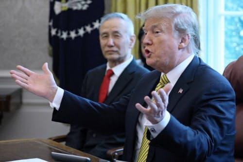中国の劉副首相(左)と会談するトランプ米大統領(4日、ワシントン)=ロイター