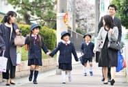 笑顔で入学式に向かう新1年生(5日午前、大阪市都島区)