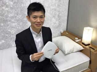ニューロスペースはスマートフォンアプリと睡眠計測機器を組み合わせた睡眠改善システムを提供している(小林孝徳社長)