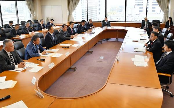 コンビニ各社の経営者らと会談する世耕経産相(右手前から2人目)=5日午前、経産省