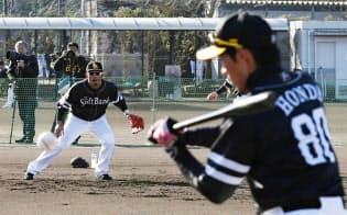 春季キャンプでノックをするソフトバンク・本多内野守備走塁コーチ(右)=共同