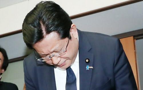 謝罪して頭を下げる塚田一郎国交副大臣(5日、国交省)
