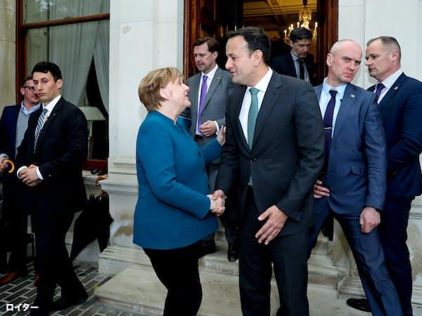 ドイツのメルケル首相(左)はアイルランドのバラッカー首相と会談、英国のEU離脱問題を巡って協議した=ロイター