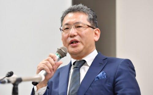記者会見するLIXILグループ前CEOの瀬戸欣哉氏(5日、東京都千代田区)