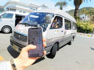 専用アプリを使って相乗り車両を呼ぶことができる(5日、静岡県下田市)