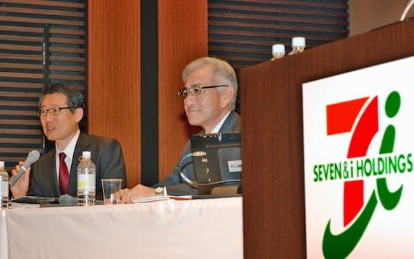 記者会見するセブンイレブンの永松次期社長(左)と、セブン&アイHDの井阪社長(4日、東京都千代田区)