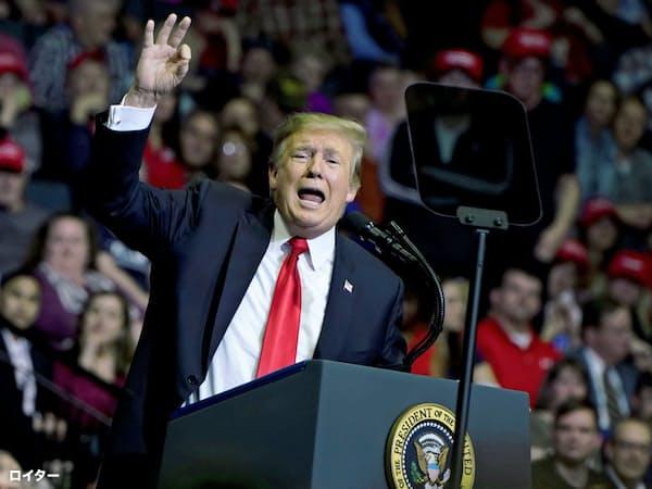 再選に向けて始動したトランプ大統領はオバマケアの廃止が命取りになるかもしれない(3月28日、ミシガン州の選挙集会)=ロイター