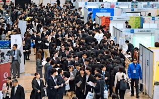 売り手市場で就活の前倒しが進んでいる(3月の合同企業説明会)