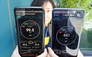 ソウル市庁前で測った「5G」対応スマホ(右)の速度は441メガビット(5日)