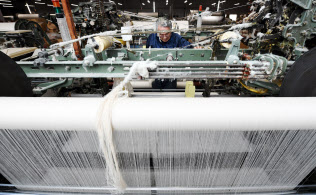 日根野谷さんによる調節で特殊な構造のタオルを生み出すシャトル織機