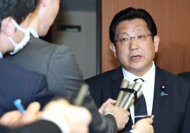 辞表を提出し、記者の質問に答える塚田氏(5日、国交省)