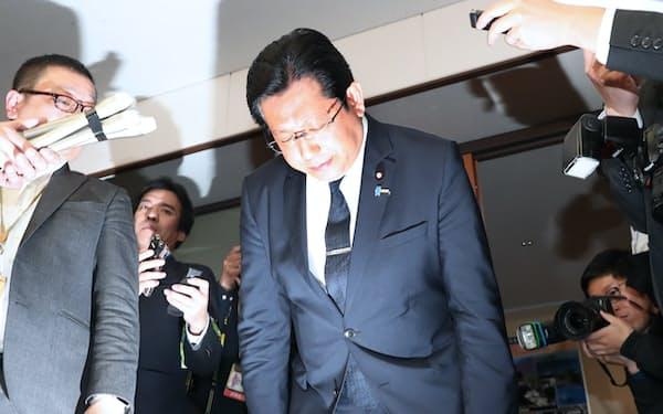 辞表を提出して謝罪する塚田氏。議員辞職は否定した(5日、国交省)