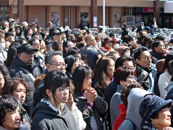 北海道知事選の候補者の演説に耳を傾ける有権者ら(札幌市)