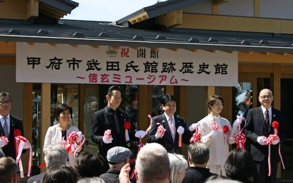 「信玄ミュージアム」の開館式でテープカットする俳優の山下真司氏(左から3人目)ら(5日、甲府市)