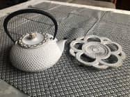 及富の「令和急須」は白地で、本体にはあられ模様、ふたと皿にはそれぞれ梅の花模様をあしらった(同社提供)
