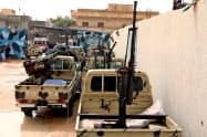 首都トリポリに向けて進軍する「リビア国民軍」の車両(5日、トリポリ近郊)=ロイター