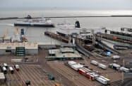 欧州連合(EU)からの英国離脱を巡る問題は貨物船の動向にも影響しそうだ(英南部のドーバー港、1月)=ロイター
